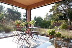 Villa Håkansson Tegman är formad i vinkel runt en inre trädgård och har sin utgångspunkt det traditionella danska atriumhuset.
