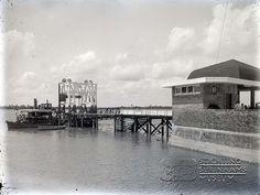 Veersteiger. Datum: ca.1935 Locatie: Waterkant, Paramaribo Vervaardiger: Augusta Curiel Inv. Nr.:  gn-27-263 Fotoarchief Stichting Surinaams Museum