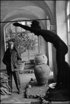 Henri Cartier-Bresson, Italy, Mantova, 1992 - by Ferdinando Scianna Types Of Photography, Candid Photography, Street Photography, Social Photography, Magnum Photos, Walker Evans, Henri Cartier Bresson Photos, Dream Pictures, Alfred Stieglitz