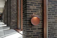 Die Flindt Wandleuchte von Louis Poulsen strahlt ein asymmetrisches, blendfreies Licht nach unten ab und setzt dabei ganz neuartige Designakzente. Die Leuchte eignet sich ideal für Innen- und Außenbereiche. Outdoor Wall Sconce, Outdoor Wall Lighting, Outdoor Walls, Wall Fixtures, Wall Sconces, Light Fixtures, Led Wall Lamp, Led Wall Lights, Cut Out Shapes