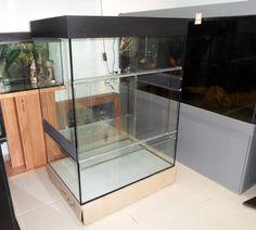 По заказу частного лица компания AquaHouses изготовила террариум для игуаны с тумбой. Внутри большой конструкции находится малый аквариум.