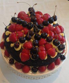 Chokoladekage med smørcreme og friske sommerbær