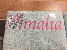 Deze handdoek met versierde beginletter borduurden we als verjaardagscadeau. Een origineel persoonlijk cadeau. Embroidery, Needlepoint, Crewel Embroidery, Embroidery Stitches
