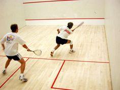 Alle paar Wochen gehe ich mit einem Arbeitskollegen Squash spielen. Macht Spaß und hält fit.