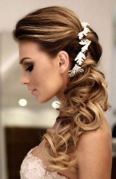 Acconciatura sposa semi raccolta con capelli lunghi mossi