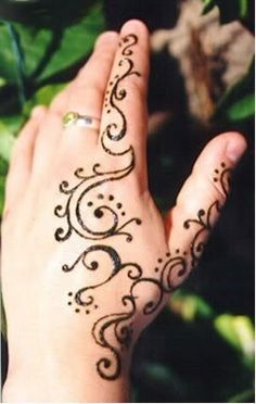 If you are new to henna you can draw on your design with white eyeliner first and then go over it with the henna. Beginner Henna Designs, Henna Designs Easy, Beautiful Henna Designs, Henna Tattoo Designs, Small Tattoo Designs, Mehndi Designs, Tattoo Small, Tattoo Ideas, Hand Designs