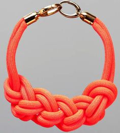 Bonjour, Aujourd'hui, je vais vous parler bijoux! ça fait un petit moment que j'ai envie d'un collier nœud pour agrémenter mes tenues basiques. Et MIRACLEj'ai trouvé un tut…