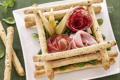 La scatola di sfilati alle olive con salumi e formaggi è un delizioso finger food ideale da preparare per un aperitivo sfizioso.