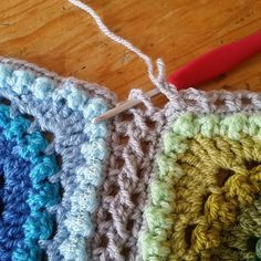 Crochet Granny Square Patterns Here at last is the long awaited tutorial that I've been promising you all. I am so delighted that my blankets have inspired many of you. Joining Crochet Squares, Crochet Blocks, Crochet Granny, Crochet Motif, Crochet Stitches, Free Crochet, Blanket Crochet, Connecting Granny Squares, Crochet Edges For Blankets