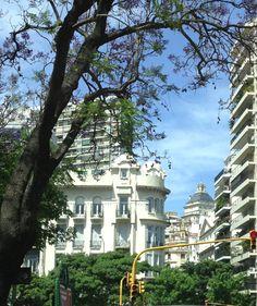 """Avenida 9 de Julio, entre Cerrito y Carlos Pellegrini. Al fondo se ve la pirámide en el techo del Hotel Sofitel. Hace unos cuantos años había allí un cartel con la marca """"Geniol"""", la versión argentina de la aspirina. Buenos Aires."""