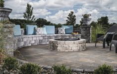 The cool muted color scheme softens the look of the Castle Manor™ seat wall and Weston Stone® fire pit to create a relaxing environment. Cool Fire Pits, Diy Fire Pit, Garden Fire Pit, Fire Pit Backyard, Fire Pit Construction, Natural Gas Fire Pit, Modern Fire Pit, Portable Fire Pits, Gas Fire Pit Table
