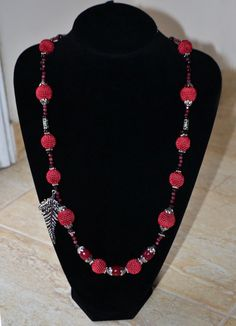 Wine red crochet necklace with semi-precious por MursitaCrochet