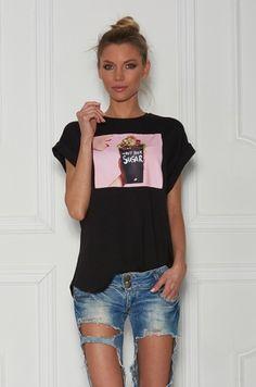 Tričko z najnovšej kolekcie For ME, s krátkym rukávom, voľného strihu a univerzálnej veľkosti. V prednej časti farebná potlač a nápis