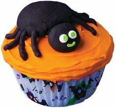Spider Snack Cupcakes - Just the creepy, crawly treats that kids of all ages love to have around at Halloween. Halloween Snacks, Halloween Cakes, Halloween Fun, Halloween Designs, Halloween Spider, Wilton Cake Decorating, Cake Decorating Tools, Wilton Cakes, Cupcake Cakes