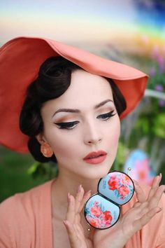 Retro glam looks of the past are back in a big way-and not just on runway supermodels. Rockabilly Pin Up, Rockabilly Makeup, Pin Up Makeup, Retro Makeup, Crazy Makeup, Makeup Art, Estilo Pin Up, Estilo Retro, Vintage Makeup Looks