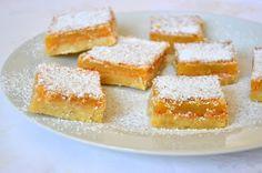 Palavras que enchem a barriga: Lemon bars (barrinhas de limão), uma das minhas me... Parfait, Lemon Bars, Cornbread, Sweet Recipes, Sweet Tooth, Cheesecake, Deserts, Baking, Ethnic Recipes