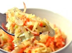 Lengyel savanyúkáposzta saláta recept: Valahogy sosem voltam oda a savanyúkáposztáért, de mivel ebben a salátában van alma és répa, amelyek édessége ellensúlyozza a káposzta savanyú ízét, így ez a sali nagyon bevált. A savanyú káposztát pedig érdemes beiktatni az őszi, téli étrendbe, mert nagyon magas a C-vitamin tartalma. ;)