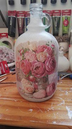 glazen fles met pioenroosservet.