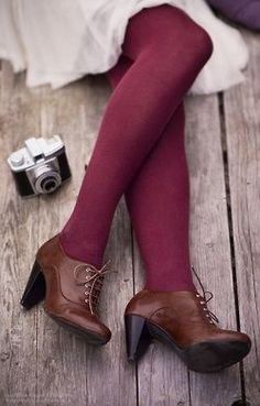 burgundy tights and brown oxford heels Mode Shoes, Women's Shoes, Shoe Boots, Ankle Boots, Purple Tights, Colored Tights Outfit, Brown Tights, Brown Shoes Outfit, Brown Socks