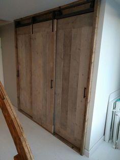Steigerhouten hangdeuren aan een rol/railsysteem Hallway Closet, Master Bedroom Closet, Bedroom Doors, Wardrobe Room, Barn Door Designs, Sliding Wardrobe Doors, Closet Layout, Closet Designs, Interior Design Living Room