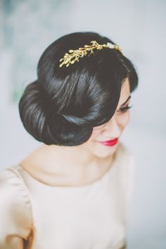 Vintage Hairstyles For Prom Vintage wedding hair with a pop of color on the lips. My Hairstyle, Pretty Hairstyles, Hairstyle Ideas, Elegant Hairstyles, Makeup Hairstyle, Retro Updo Hairstyles, Hairstyle Photos, Formal Hairstyles, Hairstyles Haircuts