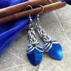 Modré šupinky Kroužkované náušnice - modrá hliníková šupina na řetízku z byzantské vazby ze stříbrných kroužků z eloxovaného hliníku. Nemění barvu, nešpiní, lehké. Délka od háčku 4,5 cm, háček z osteofixu, gumové zarážky Vhodné k náhrdelníku se šupinkami