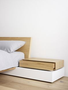 Bed and bedside drawer /// Gordon Johnson /// Photo by Eve Wilson. Bedroom Furniture, Home Furniture, Furniture Design, Furniture Plans, System Furniture, Bedside Drawers, Diy Bett, Suites, Bed Design