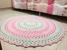 Lindo tapete em crochê, nas cores rosa bebê e caqui, medindo 1,20 metro de diâmetro. Confeccionado com barbante de qualidade. Este tapete e um charme. Ele pode ser feito em outras cores a seu gosto.