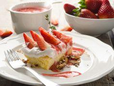 Eine fruchtige Erdbeerschnitte mit Schwedenbomben zu finden auf www.ichkoche.at Waffles, French Toast, Breakfast, Desserts, Recipes, Food, Ship, Gallery, Blue