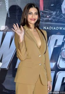 Beautiful and gorgeous bollywood actress: Hot boobs and cleavage of sonam kapoor Bollywood Actress Hot Photos, Tamil Actress, Bollywood Celebrities, Hot Actresses, Beautiful Actresses, Indian Actresses, Sonam Kapoor Photos, Cleavage Hot, Beautiful Girl Image