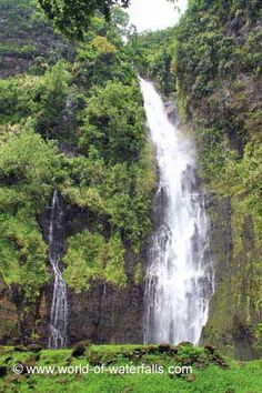 Vaimahutu Falls is one of three Faarumai Waterfalls in the northeast part of Tahiti Nui. There are many ways to visit this waterfall and it's a trade-off between. Tahiti Nui, Solomon Islands, French Polynesia, South Pacific, Bora Bora, Fiji, Waterfalls, World, Outdoor