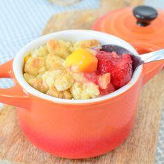 Een crumble is een fantastisch lekker en snel dessert. Ook deze Mango aardbei crumble staat in een handomdraai op tafel! Recept staat online!