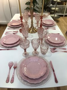 Steal good table setting and tablescape ideas for casual and formal entertaining. Pink Table Settings, Beautiful Table Settings, Dining Room Design, Dining Room Table, Breakfast Table Setting, Dish Sets, Elegant Table, Table Arrangements, Deco Table
