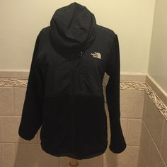 AUTHENTIC NORTH FACE JACKET Womens . worn a couple times, great condition . NO TRADES , ALL OFFERS ACCEPTED North Face Jackets & Coats