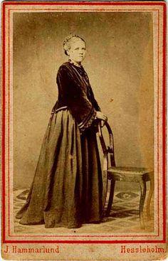 Fotot har tillhört Per Olsson (1856-1917) i Lörupshus, Brönnestads socken i Skåne. Hans dotter har skrivit på baksidan: En av Fars ungdomsvänner. Namnet okänt men hon var från Mellby. Ingeborg 5/9 1943. Ur samma samling som #99550