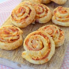 bladerdeeg, roomkaas, bacon geraspte kaas Laura's Bakery, link in profiel! Tea Recipes, Snack Recipes, Cooking Recipes, Canapes Faciles, Cream Cheese Pinwheels, High Tea Food, Good Food, Yummy Food, Snacks Für Party
