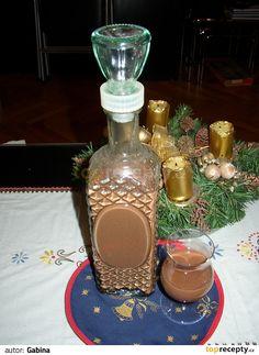 Čokoládu a cukr rozpustíme ve vodní lázni. Na ohni rozředíme mlékem a povaříme. Do vychladlého vmícháme rum. Wine Decanter, Destiel, Smoothies, Barware, Coffee Maker, Food And Drink, Kitchen Appliances, Homemade, Chocolate