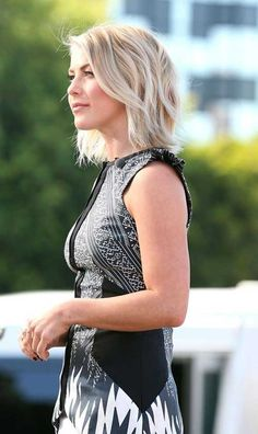 Short and Sweet - Julianne Hough always looks chic and her hair is the stuff of dreams. Pinners are especially loving this side view of her gorgeous layered bob. Hair Day, New Hair, Melena Bob, Medium Hair Styles, Short Hair Styles, Hair Medium, Bob Styles, Jenifer Aniston, For Elise