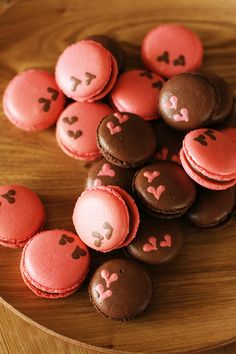 Pink and brown macarons with hearts Macarons, Macaron Cookies, Macaroon Recipes, Dessert Recipes, Cake Pops, Kawaii Cooking, Sweet Treats, Yummy Treats, French Macaroons