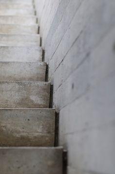 ciment brut, joint creux, Casa BC,© The Black Rabbit Architecture Design, Concrete Architecture, Architecture Board, Stone Stairs, Concrete Stairs, Interior Staircase, Staircase Design, Koshino House, Board Formed Concrete