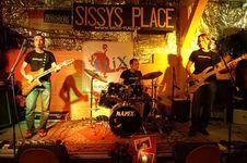 #ELiX kann getrost als Begründer des «Basler Dialäggtrogg» bezeichnet werden und ist seit 1996 in der Region Basel unterwegs. Die Eigenkompositionen von Signer sind mehrheitlich rockig, mit Blues Einflüssen und erzählen Geschichten aus dem Leben in und um Basel. Der Bandname #ELiX resultiert aus der Kurzform von Elixier und extrahiert so die besten Essenzen. #basel #pop #musik #rock #hmb #rfv #band #schweiz