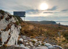 Un gros coup de coeur pour cette habitation baptisée « Cliff House », réalisée par le studio d'architecture canadien « MacKay-Lyons Sweetapple Architects » sur la côte atlantique de Nouvelle-Écosse.  Cette petite boîte en bois au design minimaliste est comme posée directement sur la falaise pour offrir une vue à couper le souffle. L'intérieur est sobre pour faciliter la réflexion et la contemplation.