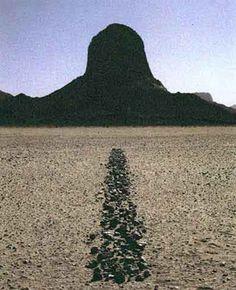 Richard Long, Sahara Line, (1988), pierres, 114x83,5cm, désert du Sahara