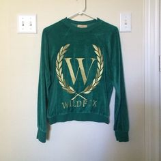 Wildfox Green Velour Logo Sweater ✨ open to offers ✨ in pristine preowned condition / like new. in a size small - fits true to size. from one of my favorite collections, this beauty needs a new home. Wildfox Sweaters Crew & Scoop Necks