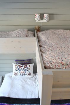 Four beds in a small bedroom. after the kids move out. great idea for the guest room Small Rooms, Small Spaces, Kids Rooms, Tiny Living, Living Spaces, Self Build Houses, Small Space Storage, Building A House, Bed Pillows