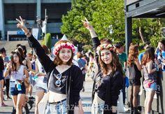 UMF를 함께 즐기는 친구들과 커플 룩을 입는 것도 페스티벌을 즐기는 하나의 방법이다. 하트 모양 선글라스와 화사한 화관까지 맞춰서 연출했다.