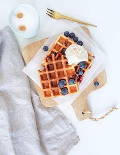 Easy yogurt waffles with blueberries - Yoghurt Good Morning Breakfast, Breakfast Dessert, Best Breakfast, Healthy Sweets, Healthy Baking, Healthy Snacks, Healthy Life, Brunch, Good Food