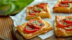listkove-cesto-s-paradajkami-a-mozzarellou Lidl, Polish Recipes, Polish Food, Stromboli, Calzone, Russian Recipes, Bruschetta, Vegetable Pizza, Mozzarella