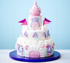 Castle Cake A magical three-tiered sponge cake that's simple to make, but no one would ever guess. Royal Icing Sugar, Pink Icing, White Icing, Easy Castle Cake, Castle Cakes, Cupcakes Princesas, Bolo Fake Eva, Castle Birthday Cakes, Party Mottos