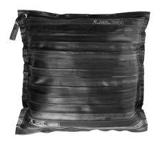 Dit rubber kussen gemaakt van oude fiets binnenbanden is een echte eyecatcher. Bezoek onze webshop voor meer unieke items, industriële meubelen en accessoires.  - € 39,95